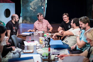 Vedenie a herci divadla s tvorivým tímom počas čítacej skúšky.
