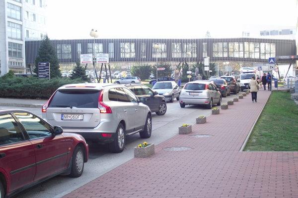 V nemocničnom areáli narástol počet áut.