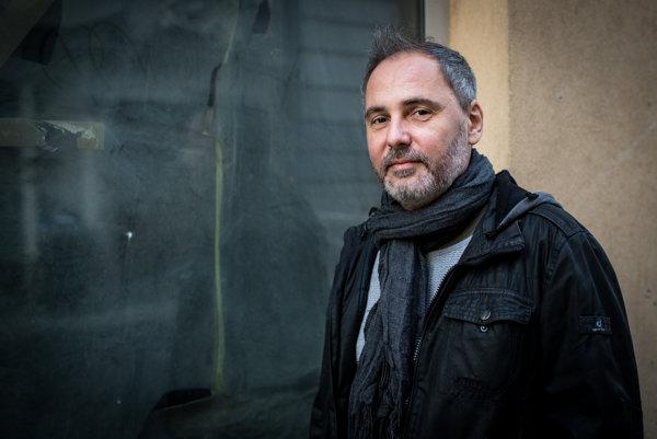 Ďuďo je prezývkou speváka Petra Dudáka. Vyštudoval dve vysoké školy – hudobné skladateľstvo na VŠMU a Ekonomickú univerzitu v Bratislave. Skupina Hex vznikla v roku 1989. Má za sebou mnoho hitov. Okrem toho Dudák spolupracuje s televíziou JOJ, spolupracuje s Adamom Ďuricom, jednu pesničku produkoval pre Katku Knechtovú, jednu pre Martina Haricha.