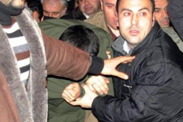 Ogün Samast v policajnom doprovode.