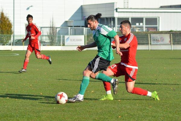 Futbalisti Imeľa (v červenom) dokázali vposlednom jesennom kole zvíťaziť vo Veľkom Mederi najtesnejším rozdielom.