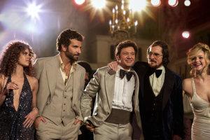 Skorumpovaný starosta vo filme Špinavý trik. Jeremy Renner je v strede, vedľa neho Bradley Cooper a Christian Bale, vľavo Amy Adams, vpravo Jennifer Lawrence.