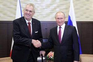 Český prezident Miloš Zeman (vľavo) sa v Rusku stretol so šéfom Kremľa Vladimirom Putinom.