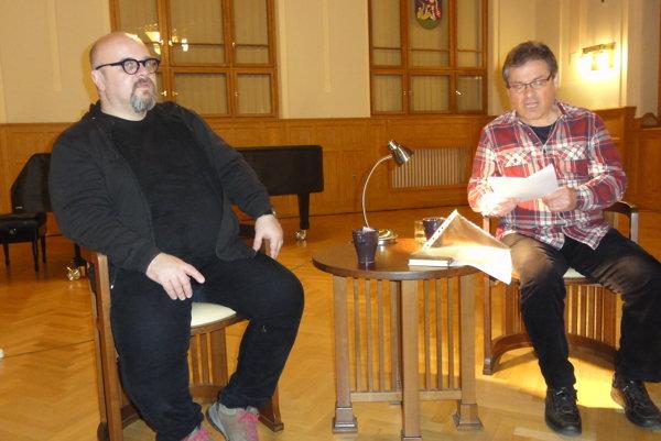 Laca Keratu, ktorý číta zo svojich textov, predstavil moderátor Dado Nagy.