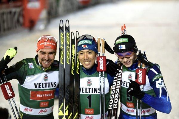 Pred objektívmi fotoaparátov pózuje trojica najlepších zo sobotňajších pretekov - vľavo tretí Nemec Johannes Rydzek, v strede víťaz Akito Watabe a vpravo druhý Fín Eero Hirvonen.