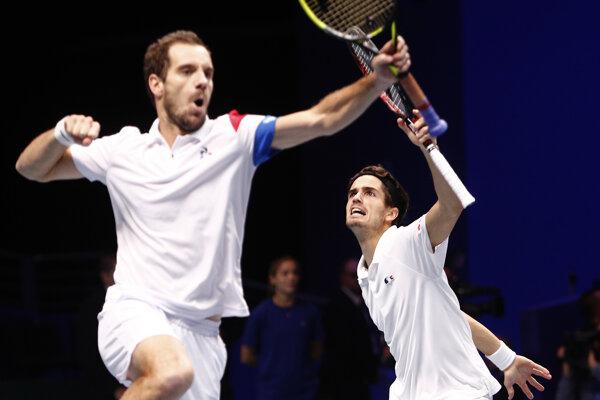 Francúzi Richard Gasquet a Pierre-Hugues Herbert oslavujú svoje víťazstvo v sobotňajšej štvorhre.