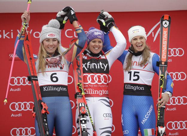 Viktoria Rebensburgová (v strede) sa raduje zo svojho víťazstva, vľavo druhá Mikaela Shiffrinová a vpravo tretia Manuela Moelggová.