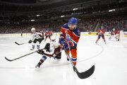Andrej Sekera, Edmonton - 5,5 milióna dolárov. V minulej sezóne dostával Sekera o milión viac a bol najlepšie plateným Slovákom v NHL. Teraz klesol na druhú priečku. Zmluvu má ešte na ďalšie tri sezóny a jeho plat bude postupne klesať. V tejto sezóne je 31-ročný Sekera najlepšie plateným obrancom Edmontonu a štvrtým najlepšie plateným hráčom tímu.
