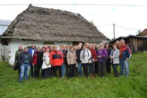Na pamiatku. Pred domčekom sa 7. októbra zvečnili účastníci poznávacieho výletu po drevených chrámoch z Humenného.