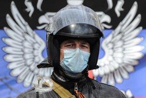 Proruský aktivista pred obsadenou budovou regionálnej vlády v Slovjansku.