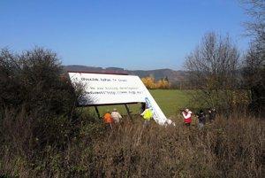 Prvé bilbordy už padli k zemi začiatkom novembra.