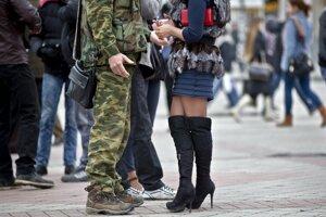 Dvojica sa rozpráva pred podujatím ku Dňu žien v krymskom Simferopole.