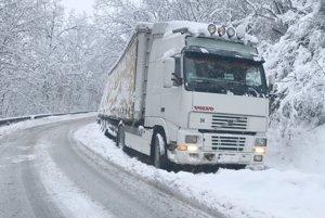 Približne o polnoci kamión obmedzil premávku na kopci za Demandicami. Cesta bola opäť prejazdná dnes ráno.