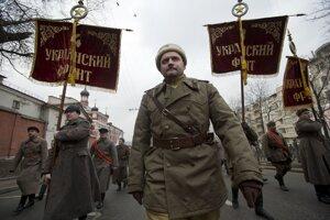 Proruská demonštrácia v centre Moskvy. Demonštranti sú oblečení v sovietskych uniformách z druhej svetovej vojny.