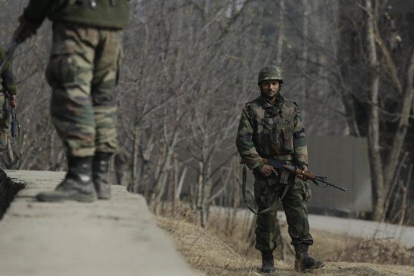 Indickí vojaci hliadkujú v provincii Kašmír.
