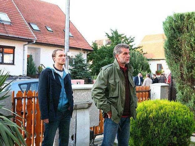 Pavel Višňovský a Marián Mitaš v seriáli Mesto tieňov (2008), kde sa na pozadí fiktívnych vzťahov kriminalistov odohrávajú zločiny, ktoré sa reálne stali.