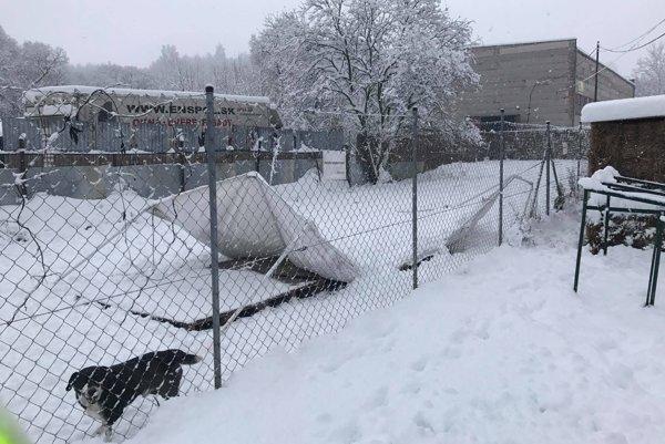 Ťažký sneh porúcal prístrešky.