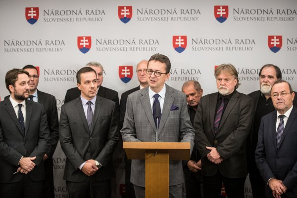 Šéf poslaneckého klubu Smeru Martin Glváč hovorí, že názory v strane sa vyvíjajú a menia, čo je normálne.