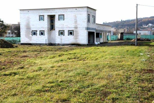 Problémová nehnuteľnosť. Stavba údajnej ubytovne napredovala počas leta aj bez stavebného povolenia, dnes jej majiteľ žiada legalizáciu.