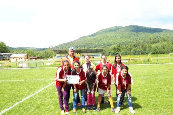 Dievčenský tím spolu sJúliusom Lalikom.