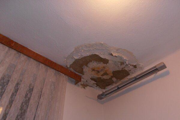 Voda narobila škody aj na vnútorných omietkach.