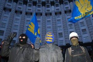 Demonštranti pred budovou vlády.