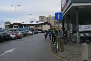 Jednosmerka sa začína až na úrovni tretieho parkovacieho miesta.