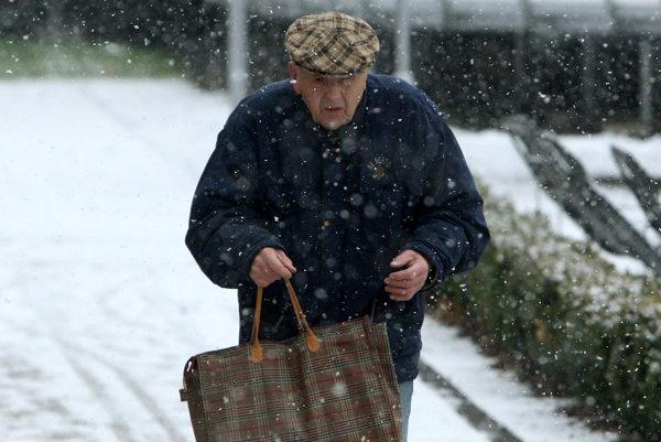 Osamelí seniori sa čoraz častejšie stávajú obeťami podvodníkov.