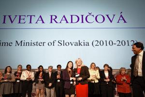 Iveta Radičová si preberá cenu pre politické líderky.