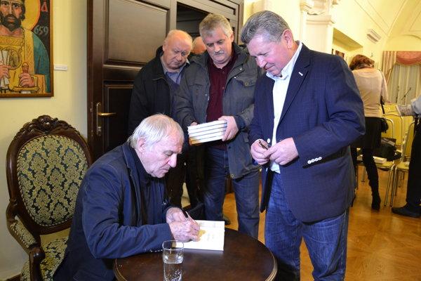 Autogramiáda. V sninskom kaštieli predstavil Juraj Šebo knihu o sninskom rodákovi Ernestovi Rosinovi Útek z pekla.
