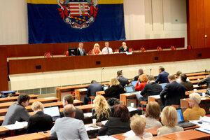 Mestské zastupiteľstvo. Poslancov čaká v pondelok nabitý program.