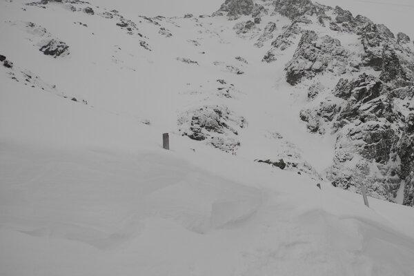 Na snímke pohľad na Lomnický štít zo zasneženého Lomnického sedla.