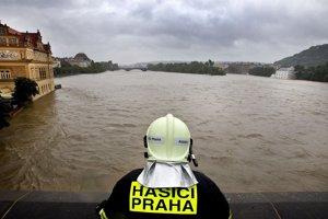 Člen pražského hasičského zboru pozoruje rozvodnenú Vltavu z uzavretého Karlovho mosta v Prahe. (3. júna 2013) Autor: Michal Růžička, MAFRA