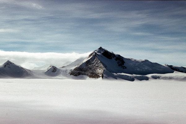 Pod ľadovým príkrovom v Antarktíde objavili tri masívne kaňony s dĺžkou od 150 do 350 kilometrov.