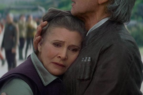 Carrie Fisher ako princezná Leia. Ešte ju objíma Han Solo, Harrison Ford.