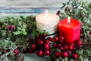 Teplo domova. Áno, Vianoce sú v zime, keď sa teploty pohybujú pod nulou, zem pokrýva sneh a nám sa občas ani nechce vystrčiť nos spod paplóna. Praskajúce drevo v kozube, alebo aj modernejšia verzia biokrbu, alebo aj pokojne horiace sviečky v adventnom venci dokážu vyčariť hrejivé a útulné prostredie v domácnosti.