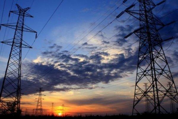 Elektrikári zo SSE-D sú v teréne a snažia sa poruchy odstraňovať.