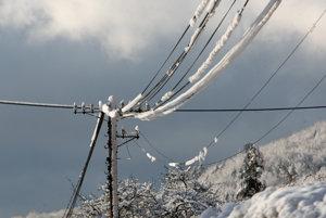 Elektrické vedenia sú na hornej Orave na mnohých miestach pretrhnuté.
