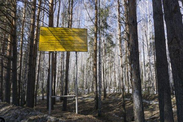 Varovná tabuľa vyzývajúca ľudí, aby nevstupovali do mesta Oziorsk neďaleko závodu Majak na spracovanie jadrového odpadu.
