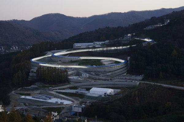 Na snímke pohľad na športové centrum s ľadovým korytom v juhokórejskom Pjongčangu.