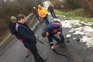 Na poškodenú cestu sa prišli pozrieť kompetentní.