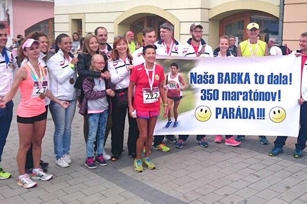 Eva Seidlová v cieli 350 maratónu, kde ju ako prekvapenie  privítali, deti, vnučky a členovia AK Tlmače.