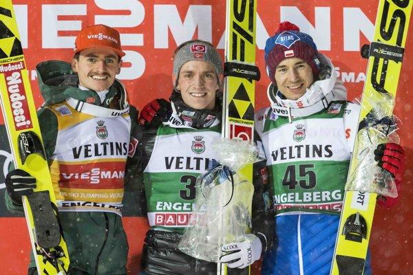 Víťaz Anders Fannemel (uprostred), vľavo druhý Richard Freitag, vpravo tretí Kamil Stoch.
