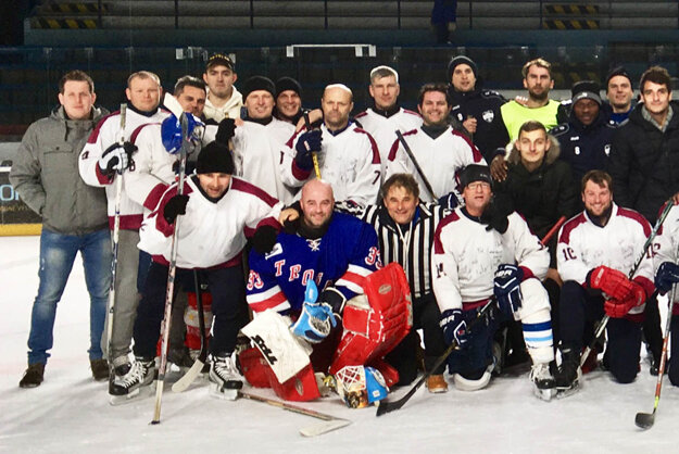 Súperom hokejistov boli kluboví tréneri.