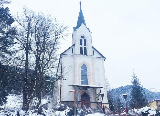Kostol vBielom Potoku, mestskej časti Ružomberka, sa veľmi podobá na ten vrovnomennej oravskej dedine.