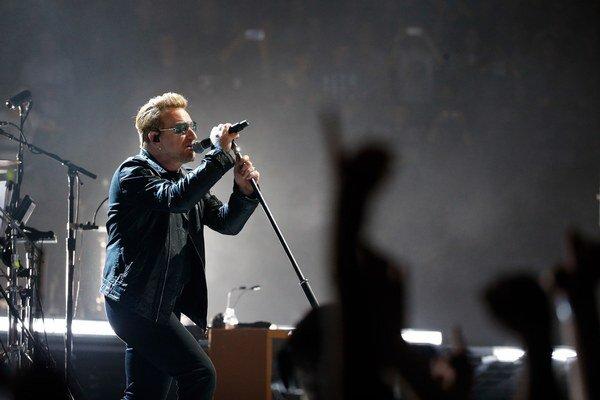 Spevák U2 Bono na koncerte v Paríži.