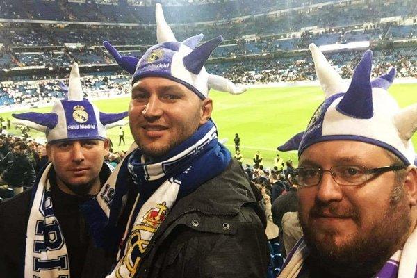Spokojní turisti na zápase Realu Madrid so Sevillou – zľava Juraj Žilka, Miroslav Herda a Jozef Bošanský.