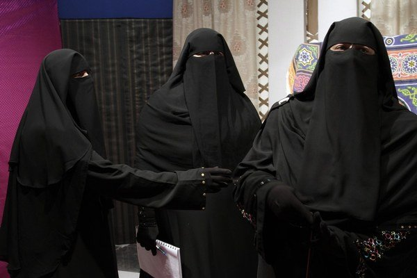 Saudská Arábia je konzervatívna, ženám nedovoľuje šoférovať ani vystupovať bez mužského poručníka.