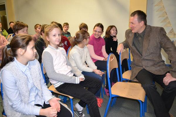 Martin Kundrát. Významný vedec našiel medzi deťmi vďačných poslucháčov.