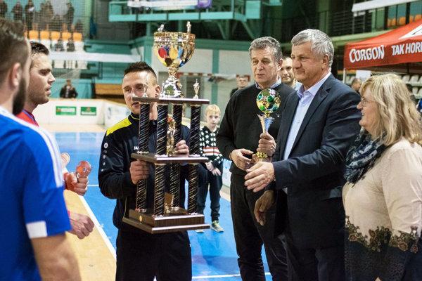 Manželia Murčovci zo spoločnosti Moget a primátor Nitry Jozef Dvonč pred rokom blahoželali hráčom Čeľadíc k ďalšiemu triumfu na turnaji. Štvrtoligisti sú opäť favoritom, ale vzhľadom na ich jesennú formu nie takým výrazným. Zuby si brúsia aj ďalší.